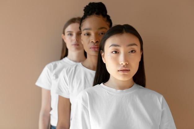 Middelgrote multiculturele vrouwen die samen poseren