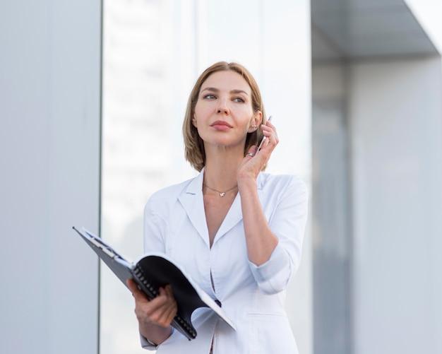 Middelgrote ondernemer met telefoon