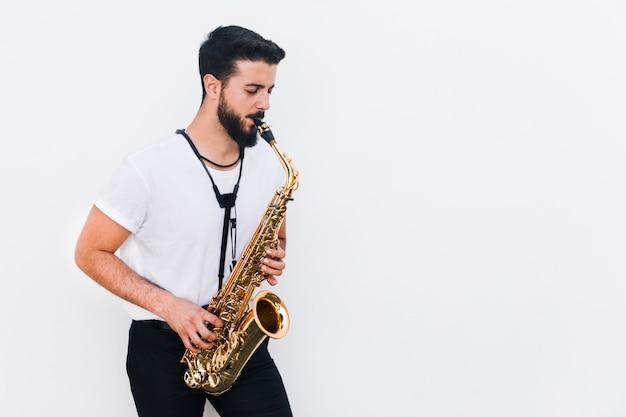 Middelgrote ontsproten musicus die de saxofoon speelt