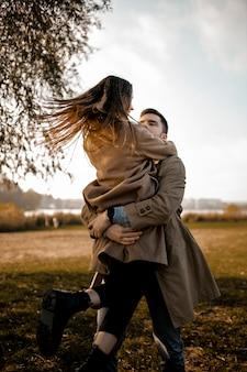 Middelgrote partners die buiten knuffelen