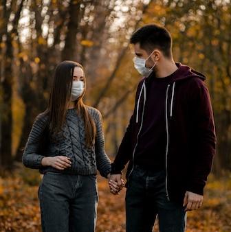 Middelgrote partners die maskers dragen