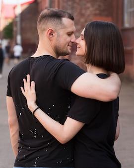 Middelgrote partners die romantisch zijn