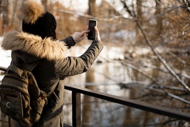 Middelgrote reiziger die foto's maakt
