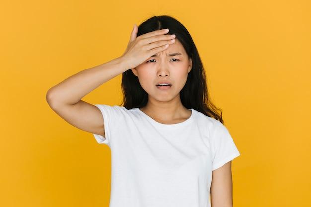 Middelgrote schot aziatische vrouw die bezorgd kijkt