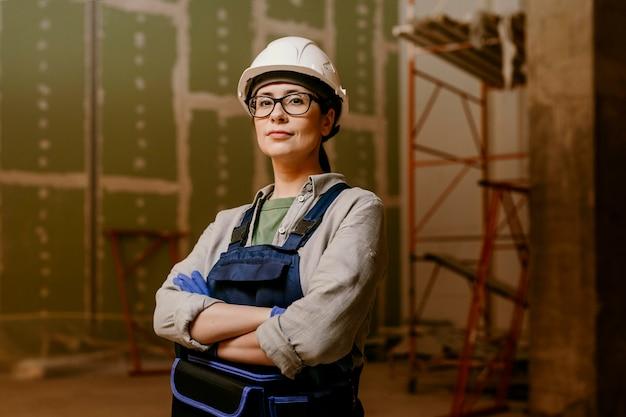 Middelgrote shot bouwersvrouw binnenshuis