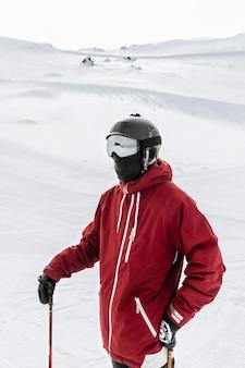 Middelgrote skiër buitenshuis