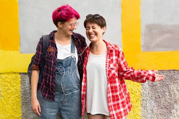 Middelgrote vrienden lachen samen