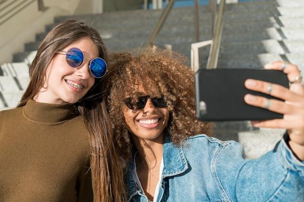 Middelgrote vrienden nemen selfie