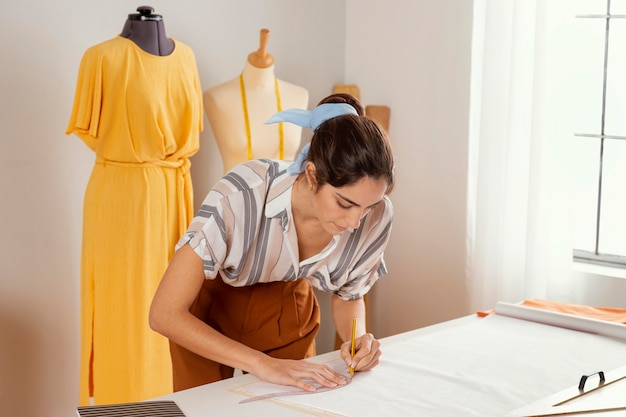 Middelgrote vrouw die alleen werkt