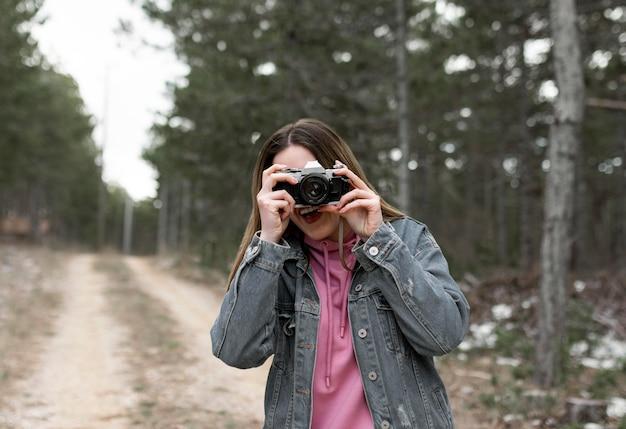 Middelgrote vrouw die foto's maakt
