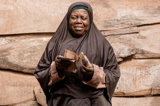 Middelgrote vrouw die geld telt
