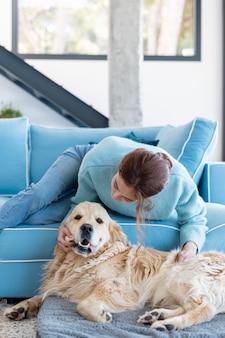 Middelgrote vrouw die met hond speelt