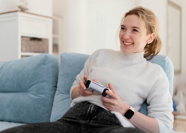 Middelgrote vrouw die videogame speelt