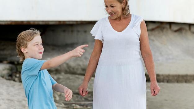 Middelgrote vrouw en kleinzoon buiten