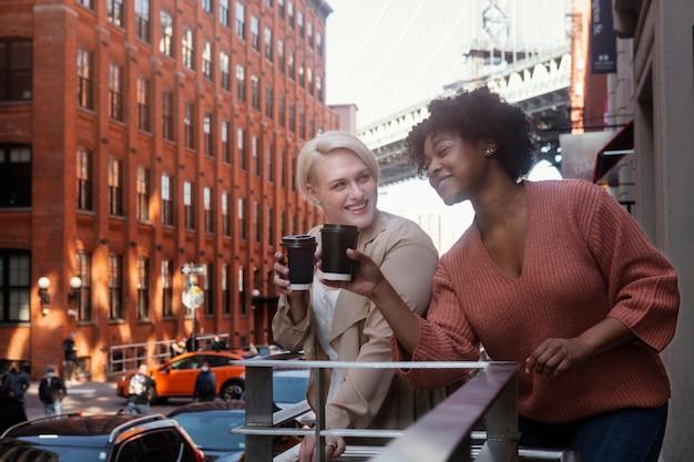 Middelgrote vrouwen die tijd samen doorbrengen