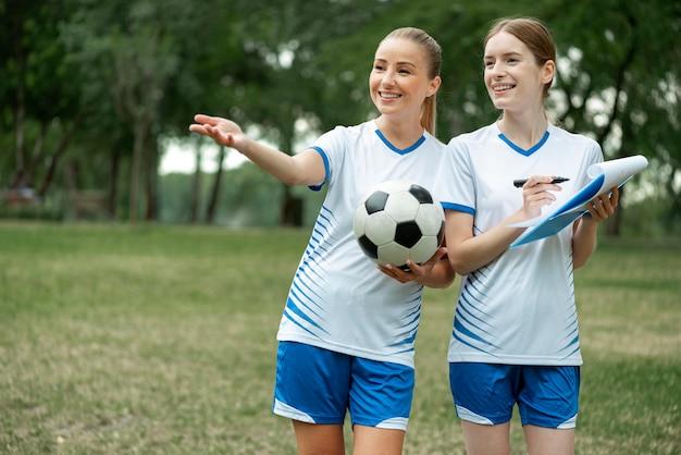 Middelgrote vrouwen met bal