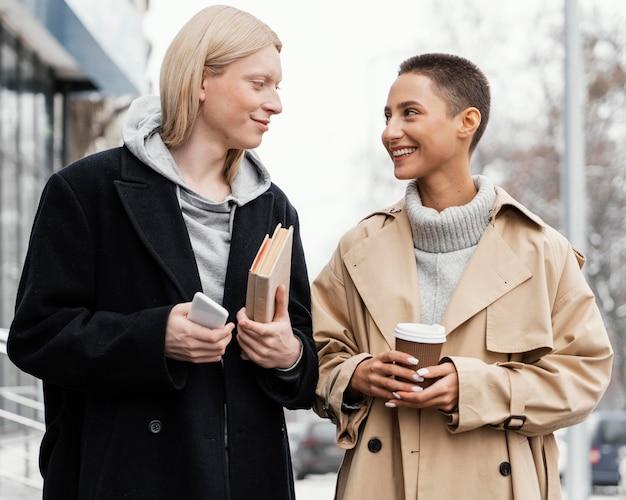 Middelgrote vrouwen praten