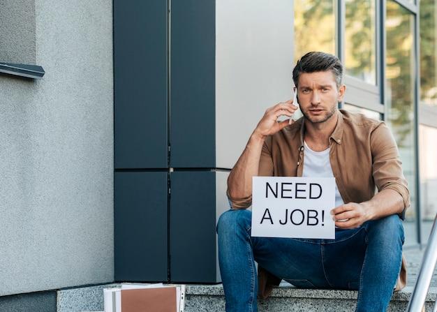 Middelgrote werklozen praten aan de telefoon