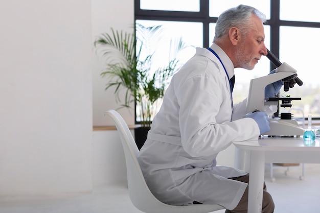 Middelgrote wetenschapper met microscoop