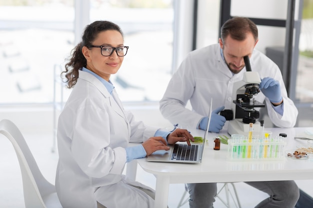 Middelgrote wetenschappers met laboratoriumjassen