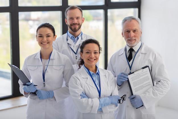 Middelgrote wetenschappers poseren samen