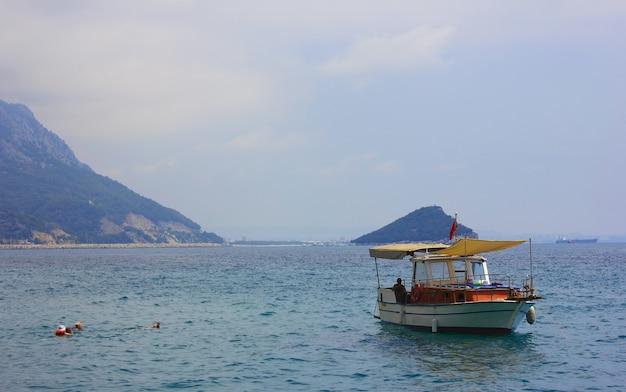 Middellandse zee en berglandschap in antalya turkije