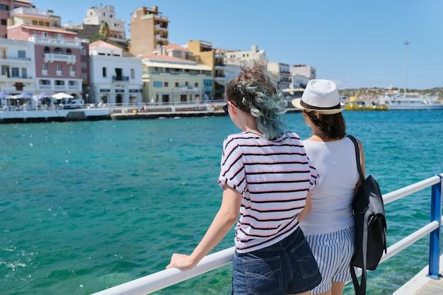 Middellandse zee, mensenvrouwen steunen dichtbij boulevard,