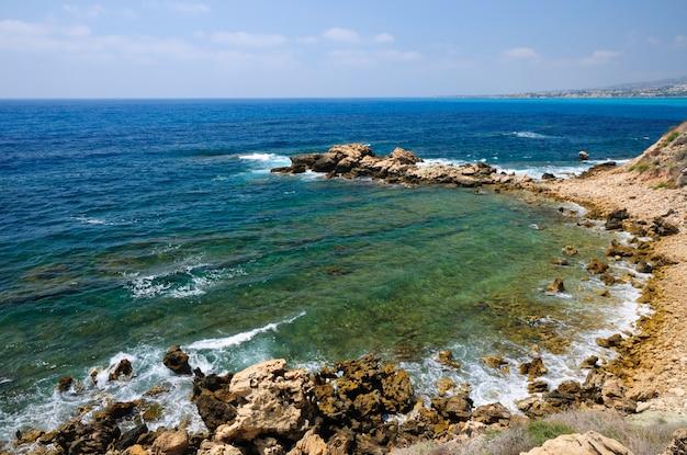 Middellandse zeekust dichtbij stad van paphos, republiek cyprus