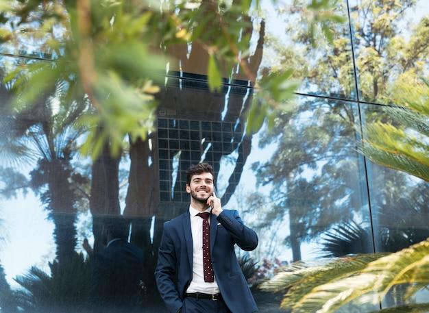 Middellange geschoten gelukkige advocaat die op de telefoon spreekt
