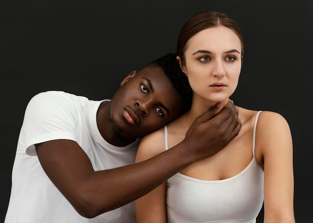 Middellange geschoten interraciale mensen poseren