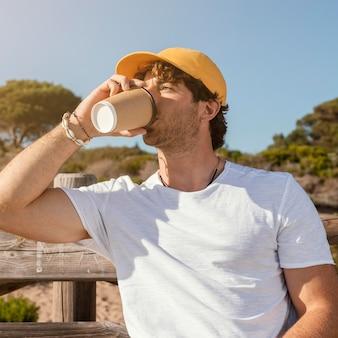 Middellange geschoten man die koffie drinkt