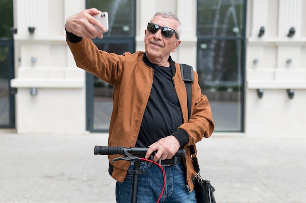 Middellange geschoten man die selfie maakt