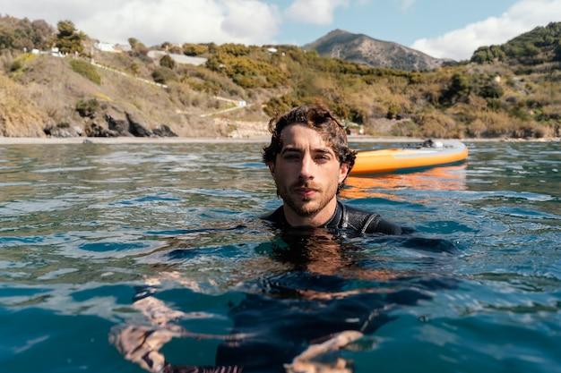 Middellange geschoten man die zwemt