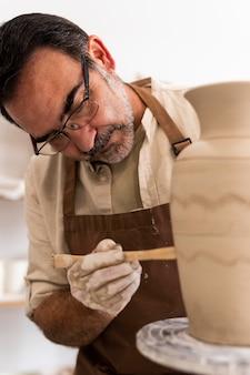 Middellange geschoten man met aardewerkgereedschap