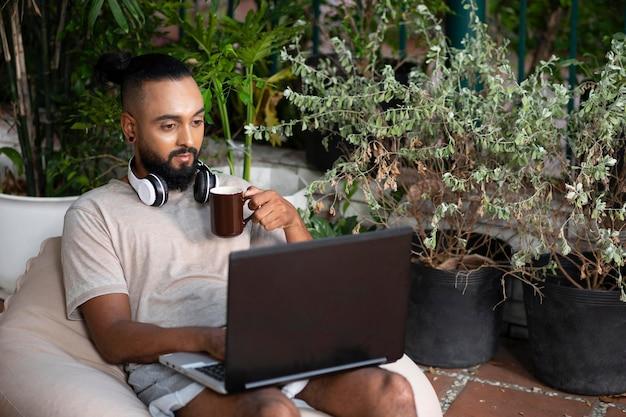 Middellange geschoten man telewerken met laptop