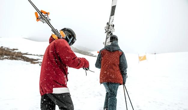 Middellange geschoten mensen met ski-uitrusting