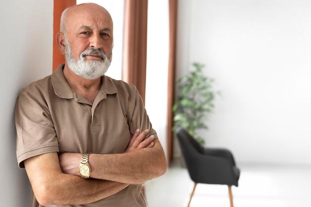 Middellange geschoten oude man poseren