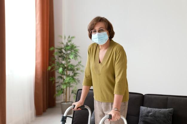 Middellange geschoten oude vrouw die gezichtsmasker draagt