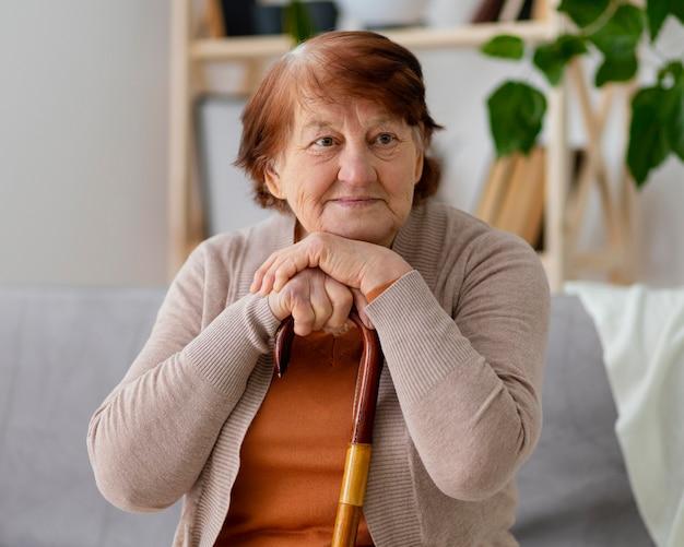 Middellange geschoten smiley oude vrouw