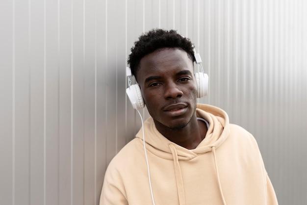 Middellange geschoten tiener die naar muziek luistert
