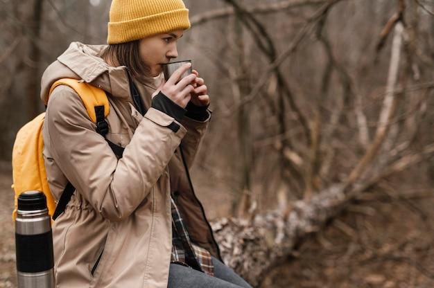Middellange geschoten vrouw die koffie drinkt