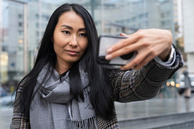 Middellange geschoten vrouw die selfie neemt
