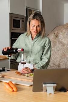 Middellange geschoten vrouw die wijn giet