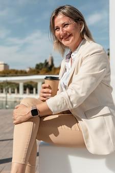 Middellange geschoten vrouw met koffiekopje