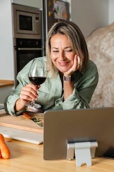 Middellange geschoten vrouw met wijnglas