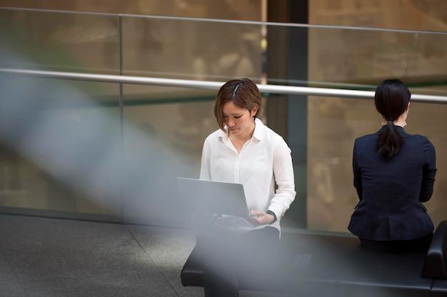 Middellange geschotene vrouw die laptop gebruikt