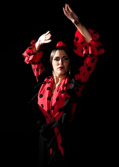 Middellange geschotene vrouw die met omhoog handen danst