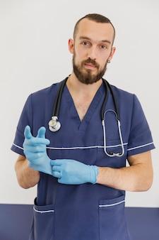 Middellange schot arts met stethoscoop en handschoenen