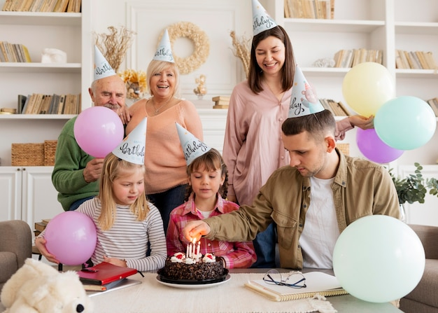 Middellange schot gelukkig gezin feesten