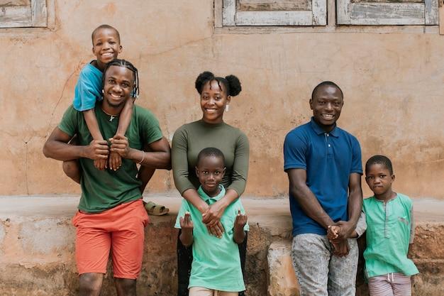 Middellange schot gelukkige afrikaanse mensen